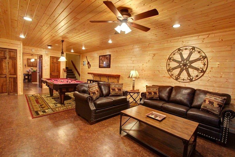 Ventilatore a soffitto, divano, mobili, tavolo, interni