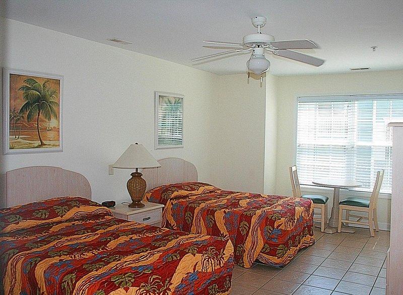 Muebles, silla, ventilador de techo, cama, interior