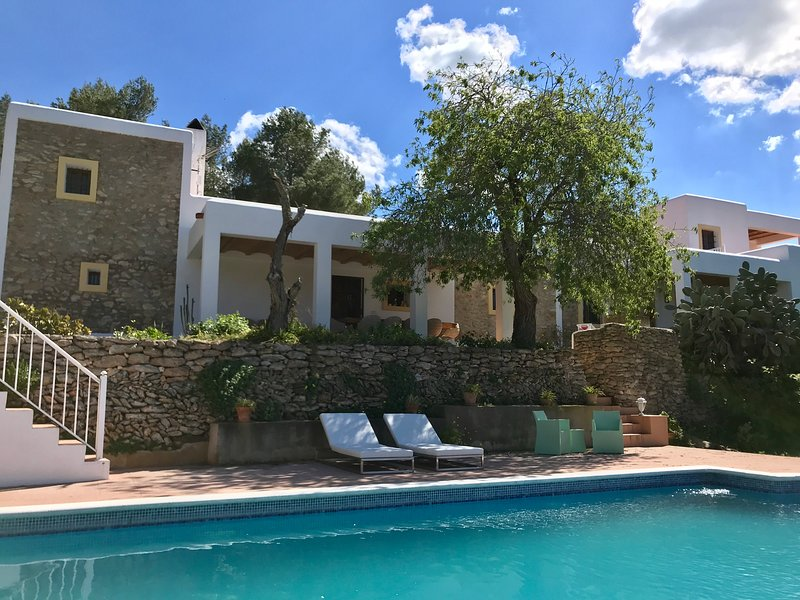 Prachtige vakantiewoning Casa la Vida, Ibiza, met zwembad, vlakbij het strand, holiday rental in Cala Llonga
