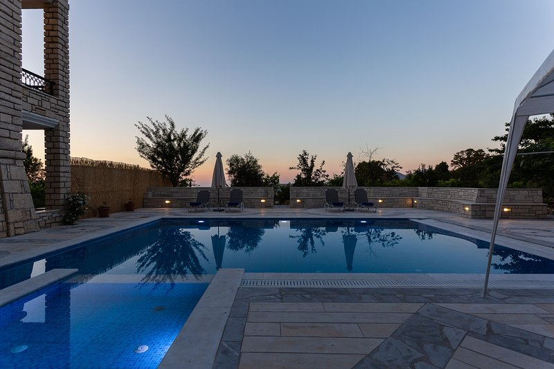 Private stone built villa with huge swimming pool!, alquiler vacacional en Achlades