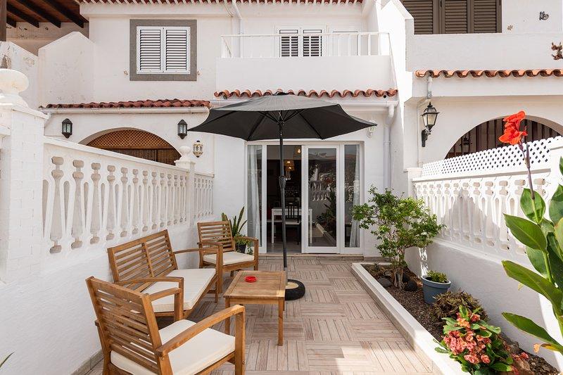 Ideal Getaway 2BR Chalet + Private Terrace, aluguéis de temporada em Agaete