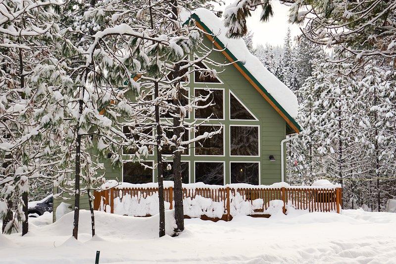 New listing! Cabin on 10 acres w/ deck - near hiking & Lake Wenatchee, 2 dogs OK, aluguéis de temporada em Coles Corner