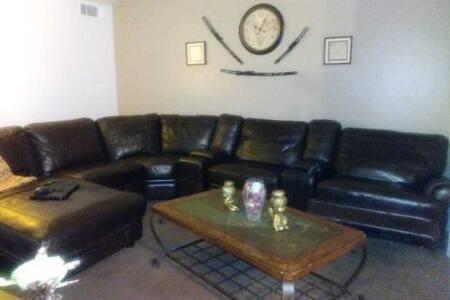 Disfruta de esta hermosa sala de estar para tu entretenimiento y relajación. Recostado o acostado