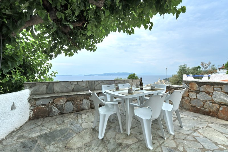 Villa CAMELIA+VERONICA. Private access to the sea. Privileged view of the Egean., casa vacanza a Loutraki