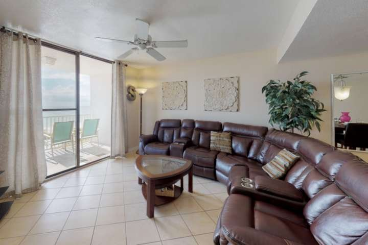 Incredible View from Huge, Private Balcony! 2 King Bedrooms, Free Wifi, Upscale, location de vacances à Madeira Beach