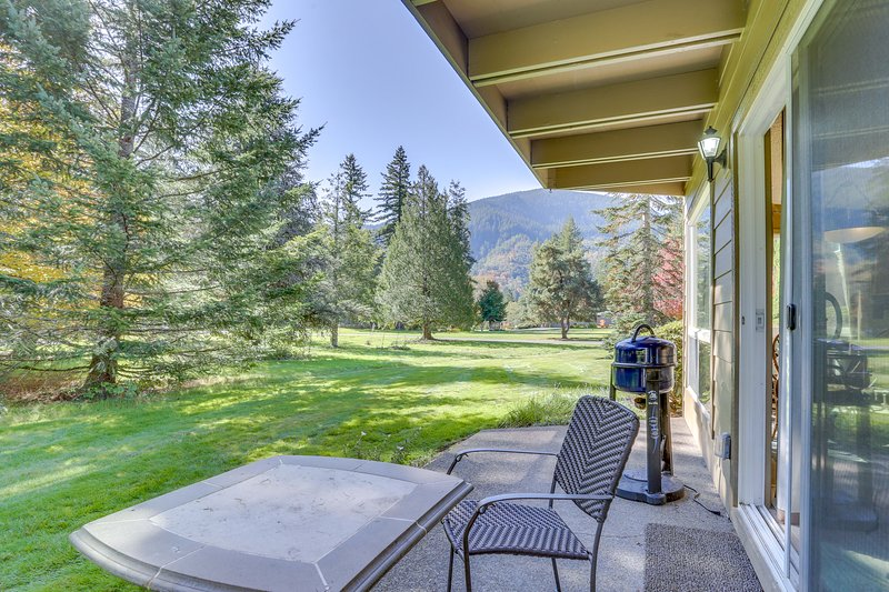 Welcoming, dog-friendly condo w/ golf course views, fireplace, & patio, vacation rental in Welches
