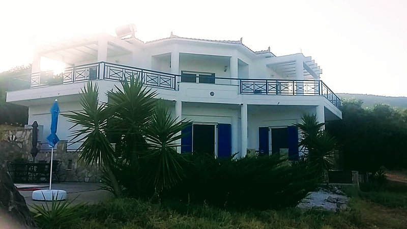 Large, peaceful villa with pool for up to 6 people., aluguéis de temporada em Kastania