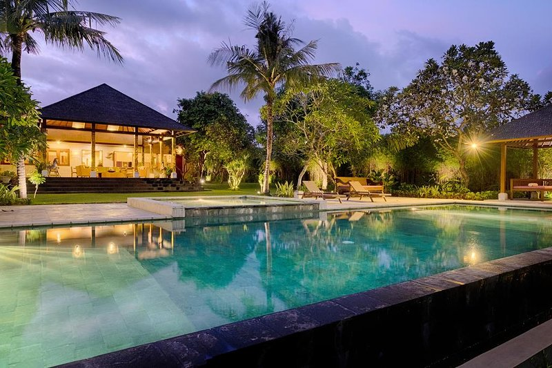 5BR Family Stunning Private Villa + Hot Tub + Kitchen + Wifi at Ketewel, holiday rental in Samplangan
