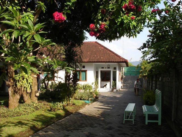 House at garden which extends to the beach at 120m. Privacy, neighbors at 100m. Rest and sea air.