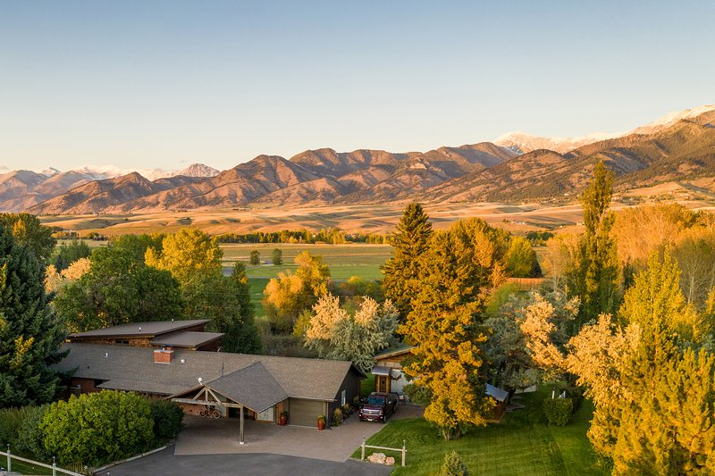 Cherry Creek Guest House - 3 miles from Downtown Bozeman with incredible views., aluguéis de temporada em Bozeman
