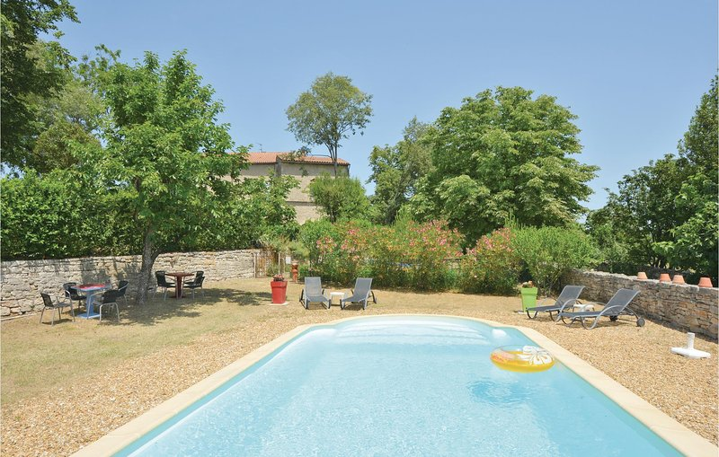 Stunning home in Barjac with Outdoor swimming pool, WiFi and Outdoor swimming po, holiday rental in Bessas