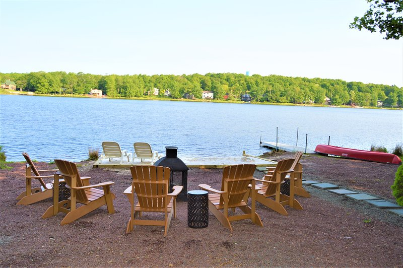 Longfellow Lodge - 5 BR Lake view with hot tub, pool table, fire pit & canoe, vacation rental in Tobyhanna