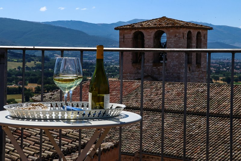 APARTMENT WITH ROOFTOP TERRACE in Spello, sleeps up 4. Air conditioned, location de vacances à Spello