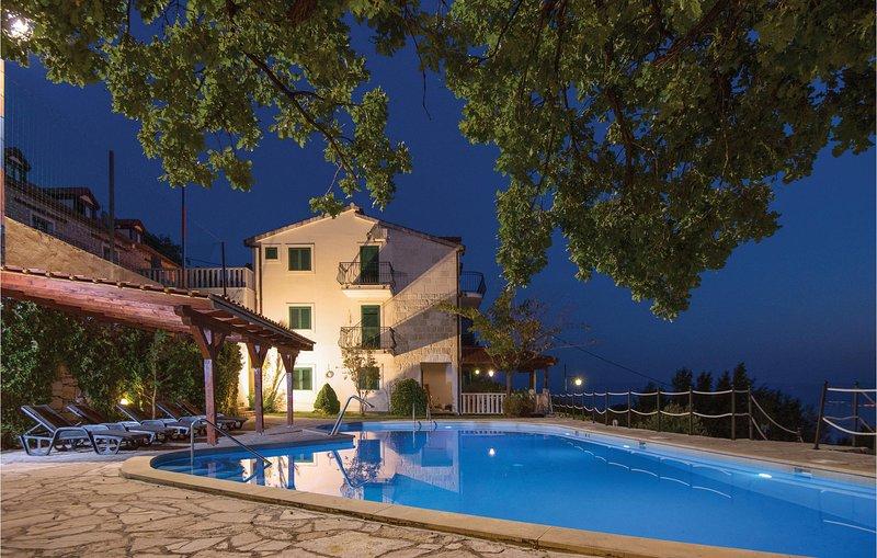 Zwembad huis met panoramisch uitzicht in de buurt van Split (CDM888), alquiler de vacaciones en Jesenice