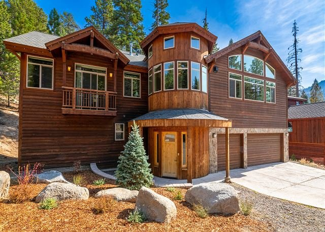 Luxury Retreat at Heavenly Boulder Lodge w/ Hot Tub - Walk to Lifts, holiday rental in Genoa