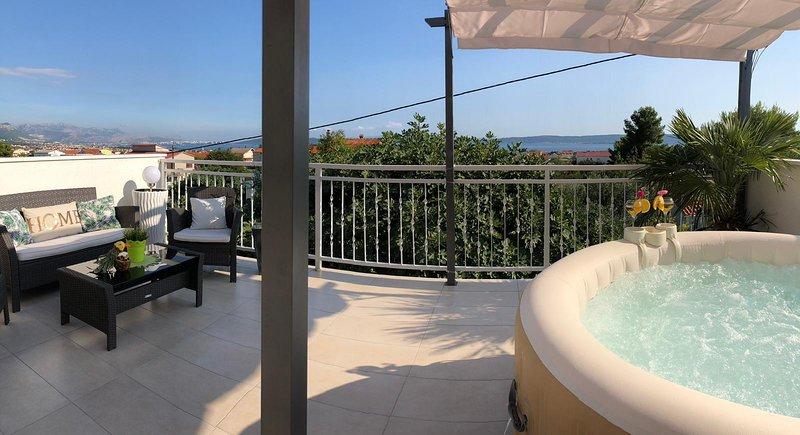 Villa  mit Pool , Whirpool , Grill, Garten ,Pavillon 2 Parkplätze , 8 Personen!!, aluguéis de temporada em Kastela