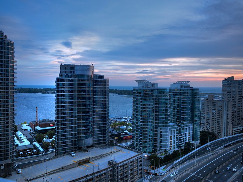 Newly Updated 3 Bedroom , Downtown W/Parking!, aluguéis de temporada em Toronto