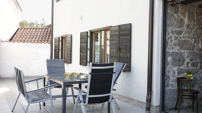 Ruzici Holiday Home Sleeps 6 with Pool - 5809759, location de vacances à Permani