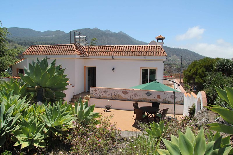 Freestanding villa with jacuzzi and private garden, only 5 minutes from the nearest supermarket.