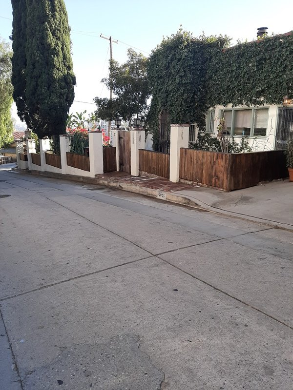 Eigendom van de straat, volledig omheind en afgesloten
