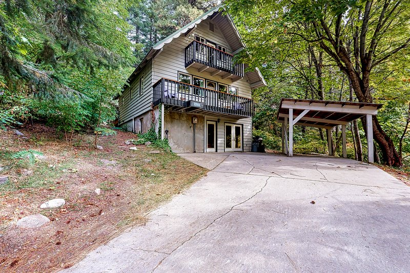 Dog-friendly retreat with mountain views, private hot tub & game room!, aluguéis de temporada em Coles Corner