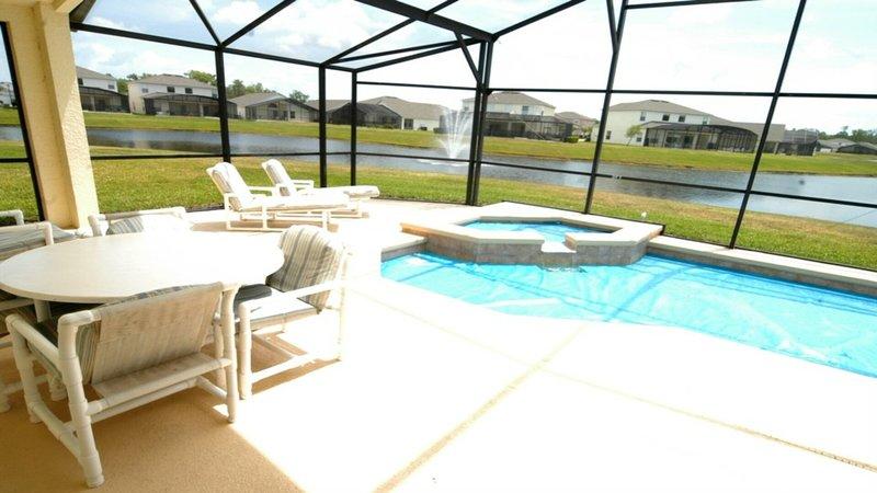Vista lateral del área de la piscina.