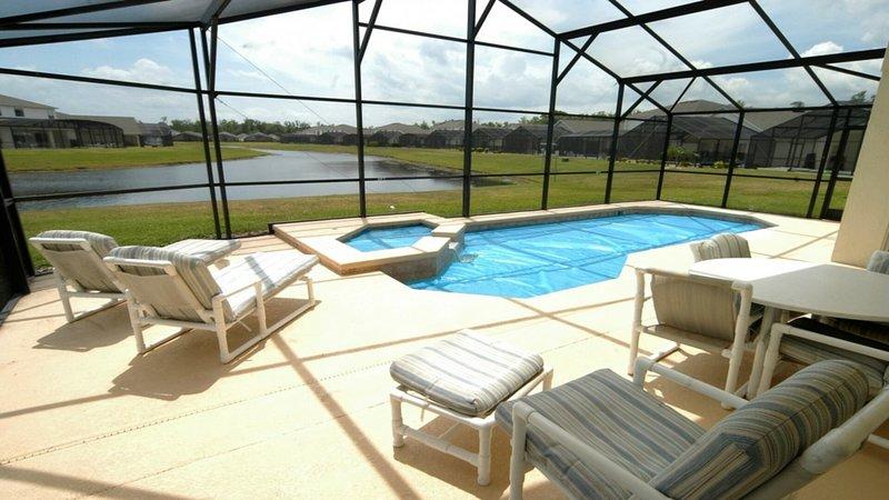 Área de descanso para tomar el sol con vista a la piscina