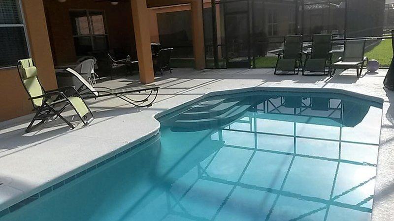Vista lateral de la piscina