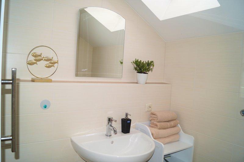 Apartment mit Pool, WLAN, TV, Balkon, Regen Dusche, holiday rental in Regenhutte