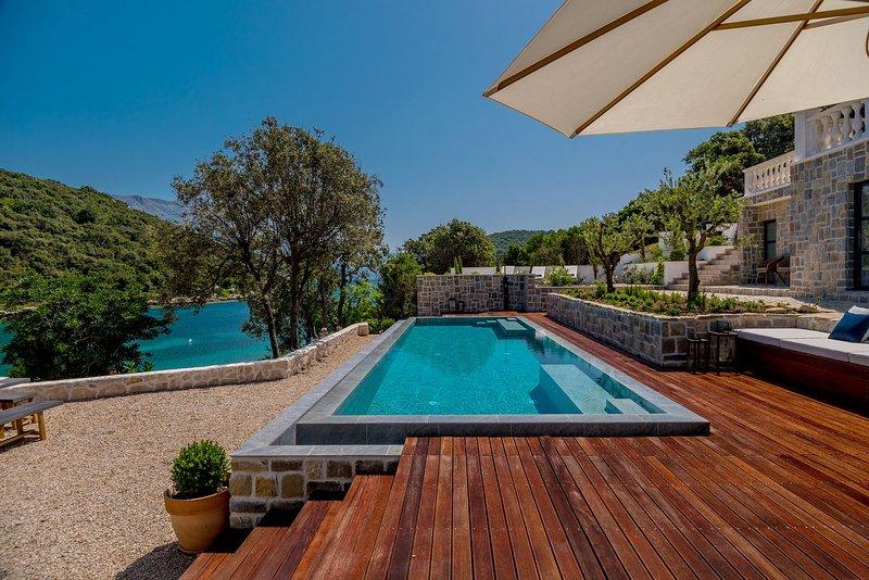 Beachfront Villa Feodora Grande with Pool, holiday rental in Zrnovo