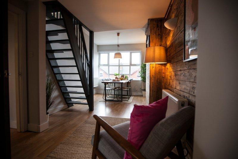Stylish top floor apartment in cool area, location de vacances à Wythenshawe