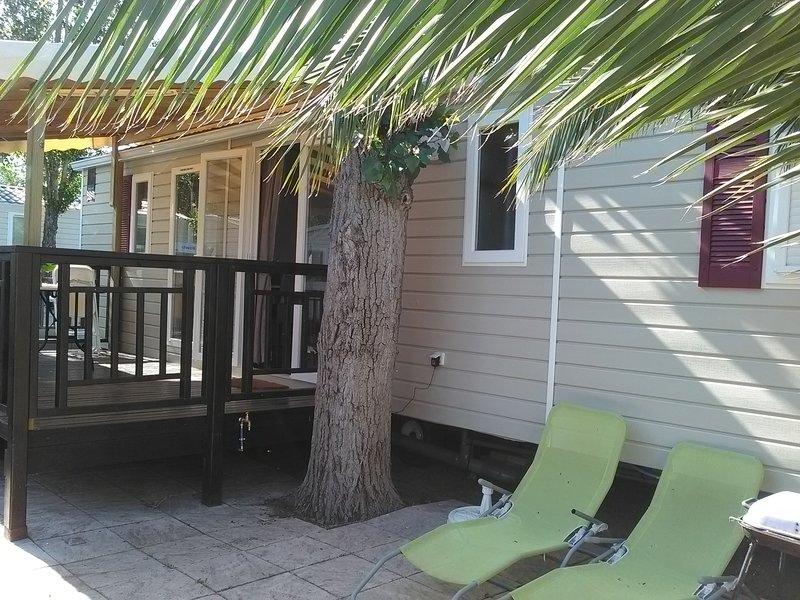 Nice bungalow with shared pool, location de vacances à Vias