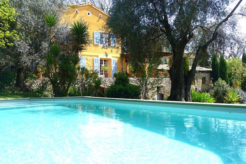 MAISON DE CHARME AVEC PISCINE ET GRAND JARDIN, holiday rental in La Gaude
