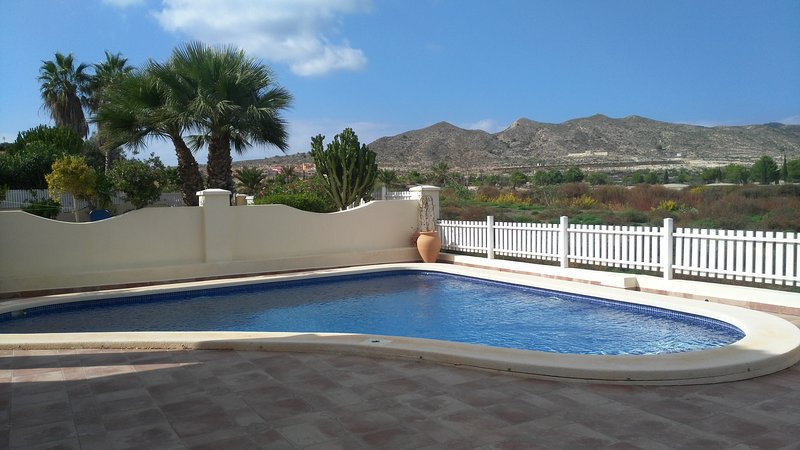 Beautiful 4 bedroom, 4 bathroom villa with private pool, location de vacances à Banos y Mendigo