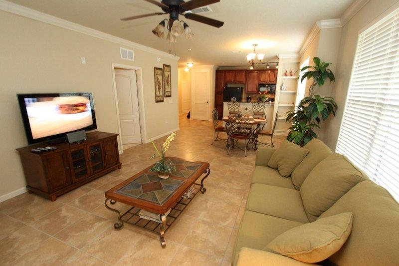 Sala de Estar com Móveis Confortáveis e TV de Tela Plana
