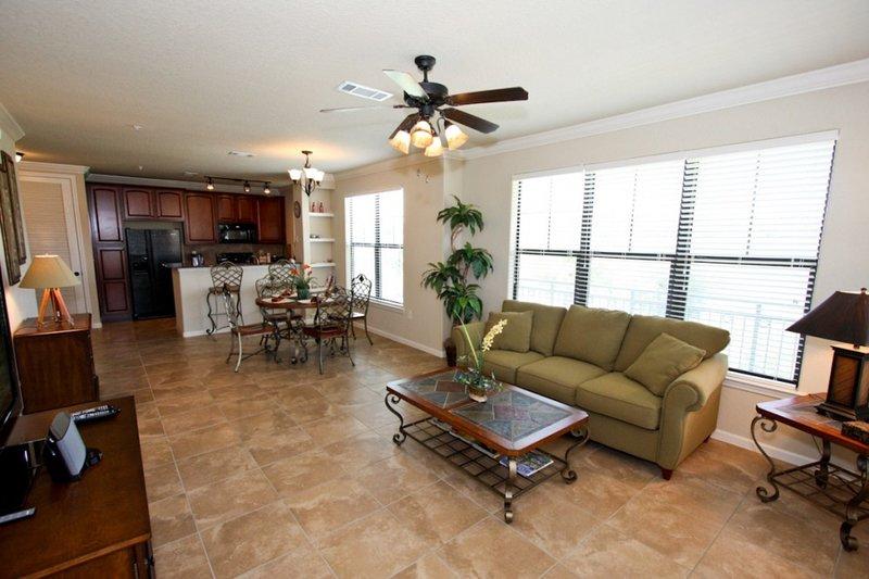 Área de jantar aberta, sala de estar e cozinha