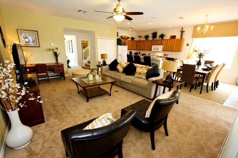 Sala da pranzo aperta, zona soggiorno e cucina