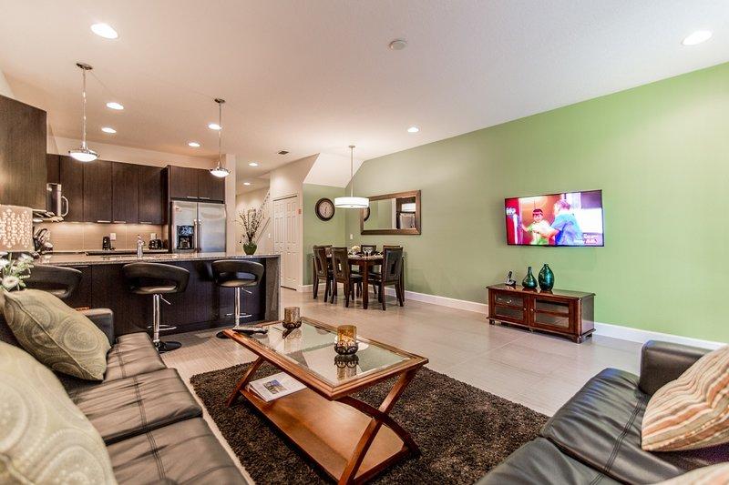 Área de estar com TV de tela plana e acesso à piscina - Vista # 2