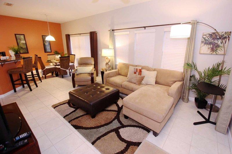Sala de estar con TV de pantalla plana y acceso a la piscina