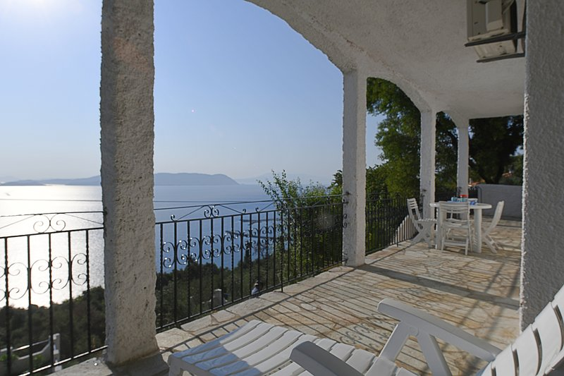 Villa ERIKA+VERONICA. Private access to the sea. Privileged view of the Egean., casa vacanza a Loutraki