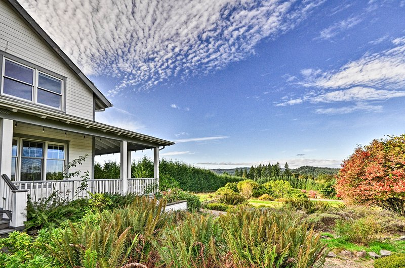 Rainier Home on 40 Acres w/ Blueberry Farm!, aluguéis de temporada em Saint Helens