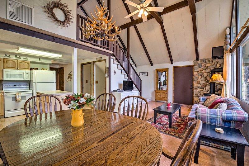Hillside Hideaway: Warm & Cozy Terrace Lakes Cabin, aluguéis de temporada em Crouch