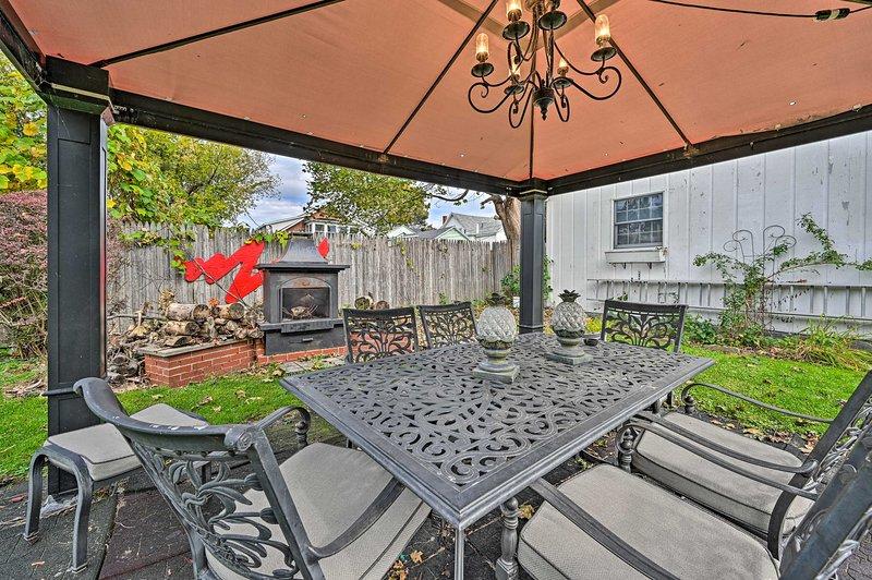 ¡El santuario al aire libre cuenta con un porche cubierto, cenador, parrilla y chimenea!
