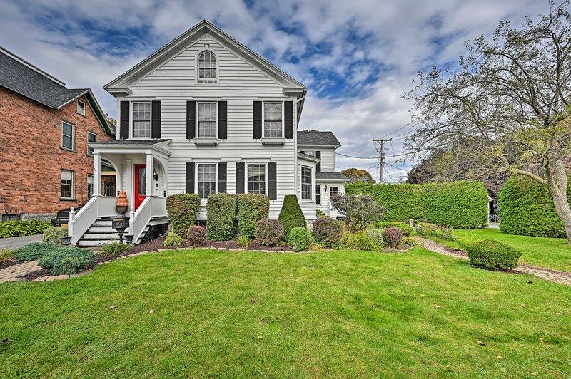 ¡Esta casa de 1806 se encuentra a solo 2 cuadras del lago Champlain!