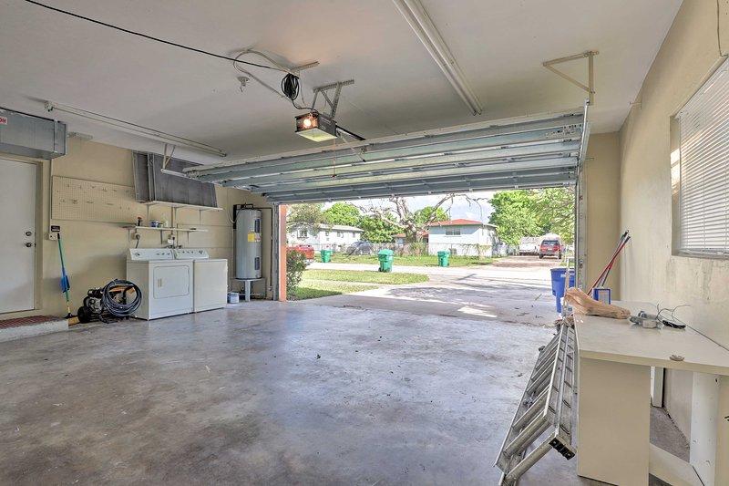 Il garage può ospitare 2 auto e comprende la lavatrice e l'asciugatrice.