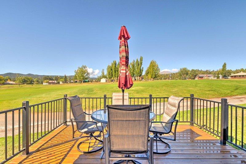El alquiler de vacaciones de 2 dormitorios y 2 baños se encuentra justo en un campo de golf.