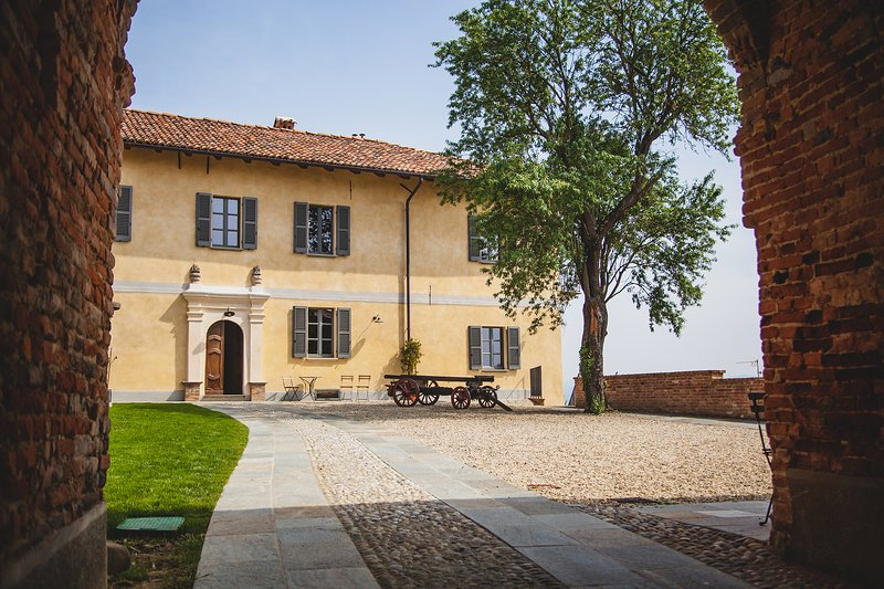 Vacation villa with pool in Vaglio Serra, Piemonte, Ferienwohnung in Mombaruzzo