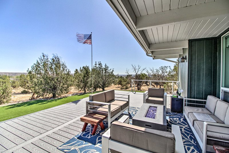 Home w/Views & Fire Pit, 10Mi to Aztec Ruins!, holiday rental in Flora Vista