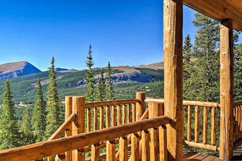 Grand Fairplay Cabin w/ Deck & Mountain Views, alquiler de vacaciones en Alma