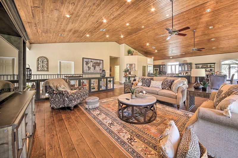 'Guadalupe River Haus' w/ Boat Slip + Water Views!, holiday rental in McQueeney